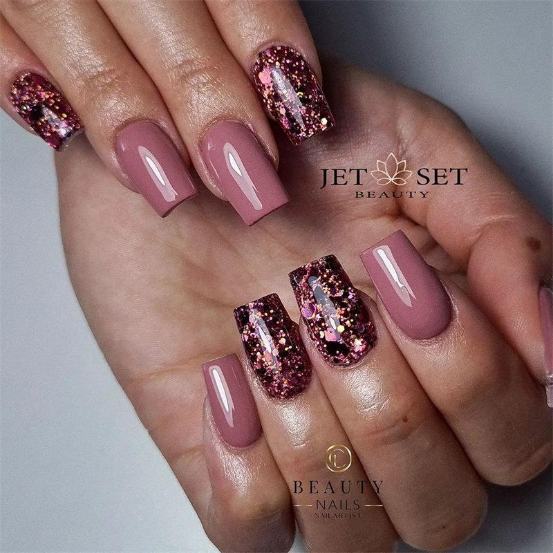 Maroon Glitter Nail Design for the Autumn